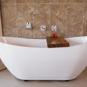 Edgewater-Pool-Bure-Bath-Tub